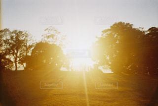 背景に夕焼けを持つ人の写真・画像素材[2439909]