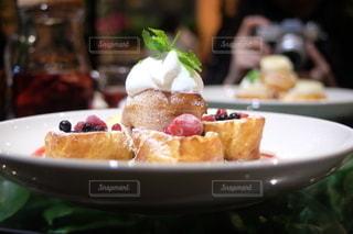 テーブルの上の食べ物の皿をクローズアップするの写真・画像素材[2781783]