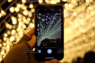 携帯電話を持っている人のクローズアップの写真・画像素材[2800577]