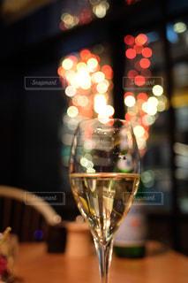 テーブルの上に座っているワイングラスのクローズアップの写真・画像素材[2814087]