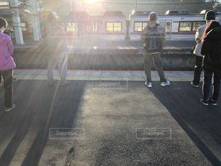 男性,風景,空,太陽,駅,電車,光,人物,ホーム