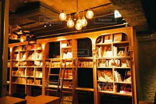 図書館内のダイニングルームのテーブルと椅子の写真・画像素材[2894520]