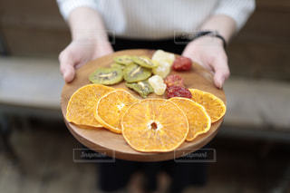 食べ物を持っている人の写真・画像素材[2895964]