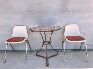テーブルの前に座っている椅子の写真・画像素材[2946617]