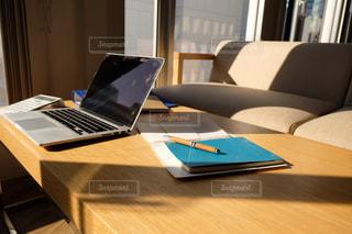 木製のテーブルの上に座っているラップトップコンピュータの写真・画像素材[2962991]