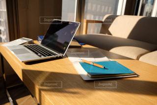 木製のテーブルの上に座っているラップトップコンピュータの写真・画像素材[2962994]