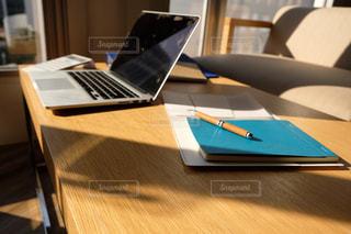 木製のテーブルの上に座っているラップトップコンピュータの写真・画像素材[2962990]
