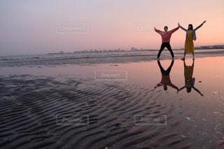 ビーチに沈む夕日の写真・画像素材[2981531]