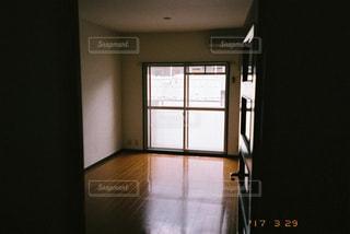 暗い部屋の窓の写真・画像素材[2983866]