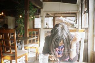 テーブルに座っている人の写真・画像素材[2993501]