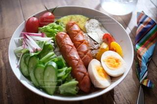 朝食,テーブル,トマト,皿,サラダ,昼食,料理,木目,ブランチ,カレーライス,食材,主食,チリチーズ