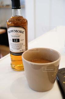 コーヒー,屋内,テーブル,マグカップ,食器,ボトル,カップ,紅茶,ドリンク,コーヒー カップ,ハーフボトル,モカラテ