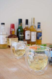 食べ物,インテリア,屋内,樹木,ワイン,ボトル,ビール,ガラス瓶,ウイスキー,ドリンク,気分転換,アルコール,ハイボール,テキスト,アルコール飲料,蒸留酒,ソフトド リンク,ワイン ボトル,ハーフボトル