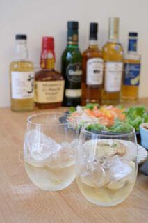 食べ物,インテリア,屋内,テーブル,樹木,ボトル,ビール,ガラス瓶,ウイスキー,ドリンク,気分転換,ハイボール,テキスト,アルコール飲料,蒸留酒,ソフトド リンク,ワイン ボトル,ハーフボトル
