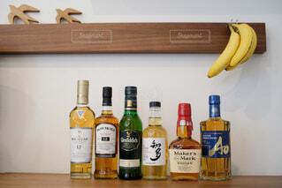インテリア,屋内,テーブル,樹木,ワイン,ボトル,ビール,ガラス瓶,ウイスキー,ドリンク,気分転換,ハイボール,テキスト,アルコール飲料,蒸留酒,ソフトド リンク,ワイン ボトル,ハーフボトル