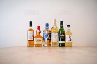 インテリア,屋内,樹木,壁,ワイン,ボトル,ビール,ガラス瓶,ウイスキー,ドリンク,気分転換,アルコール,カウンター,ハイボール,テキスト,アルコール飲料,蒸留酒,ソフトド リンク,ワイン ボトル,ハーフボトル