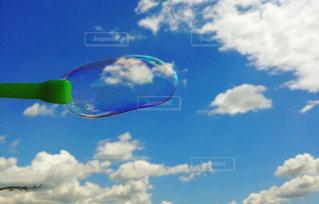 青い空とシャボン玉の写真・画像素材[1124431]