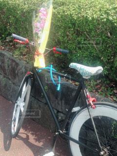 自転車は、道路の脇に駐車の写真・画像素材[1127260]