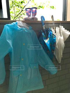 青いシャツとガラスの写真・画像素材[1216616]