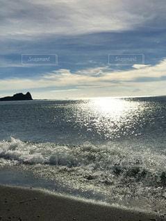 水の体の横にある砂浜のビーチの写真・画像素材[1385221]