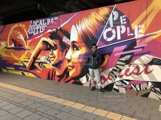 屋外,駅,男,壁面,色,お洒落な,オヤジ,ちょいワル,セルフィー写真