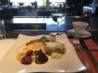 テーブルの上に食べ物のプレートの写真・画像素材[1147794]