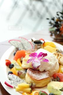 テーブルの上に食べ物のプレートの写真・画像素材[1774044]