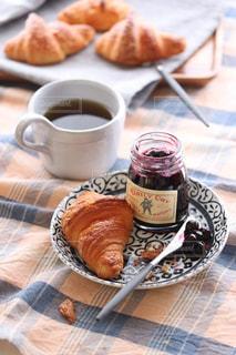 食品とコーヒーのカップのプレートの写真・画像素材[1867193]
