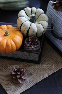 木製のテーブルの上に座っている果物のグループの写真・画像素材[2507555]
