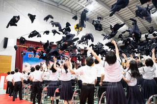 沖縄の卒業式  おめでとう。制服投げの写真・画像素材[1854196]