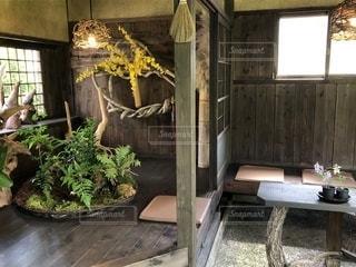 部屋の家具と大きな窓いっぱい - No.1226178