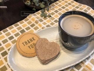 コーヒー カップの横にある皿の上のケーキの一部の写真・画像素材[1250206]