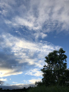 空には雲のグループの写真・画像素材[1861730]
