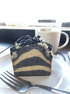 フォークで皿の上のチョコレート ケーキの写真・画像素材[1883840]