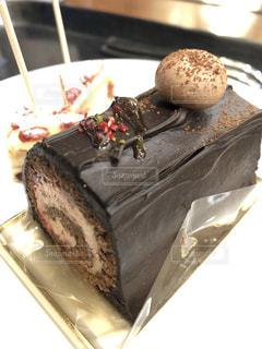 皿にチョコレート ケーキの写真・画像素材[1883844]
