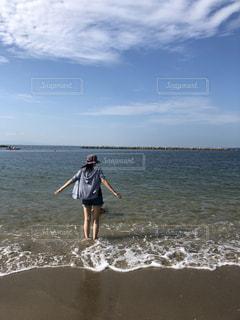 風景,海,空,夏,屋外,ビーチ,帽子,女子,人,後姿,短パン,波打際