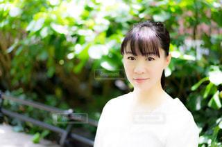 庭に立っている人の写真・画像素材[1264669]