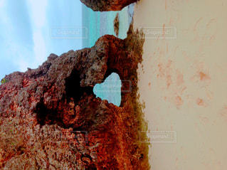 岩の上に座っている人の写真・画像素材[1134060]