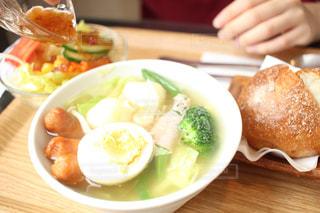 テーブルの上に食べ物のプレートの写真・画像素材[1148047]