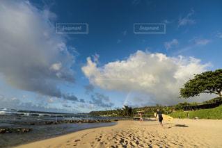 ビーチに立っている人の写真・画像素材[1132174]