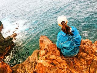 水の体の横に立っている人の写真・画像素材[1136502]