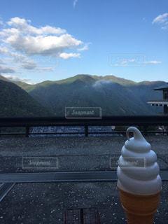 背景の山の塔の写真・画像素材[1131171]