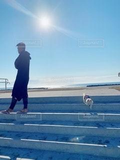 浜辺に立っている男の写真・画像素材[2743382]