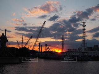 工場の向こうに沈む夕日の写真・画像素材[1268651]