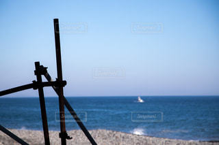 近くに水の体の横に桟橋のアップの写真・画像素材[1136308]