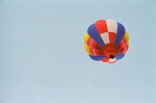 空にカラフルな凧の写真・画像素材[1234661]