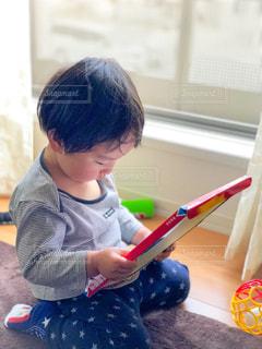 紙芝居を見入る子供の写真・画像素材[1168198]