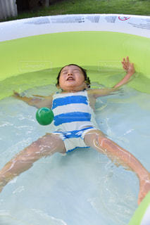 水のプールで水泳少年の写真・画像素材[1376198]