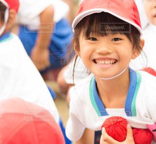 帽子をかぶった小さな女の子の写真・画像素材[1205230]