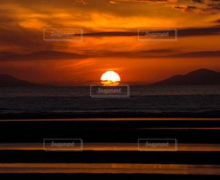 水の体に沈む夕日の写真・画像素材[1269381]